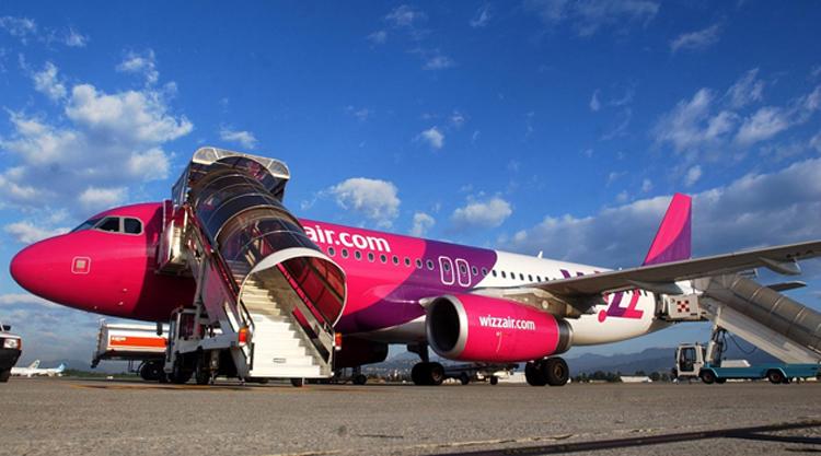 494a061eab88 Két dolgot bizonyosan ki lehet jelenteni: egyrészt azt, hogy a Wizz Air a  többi fapados légitársasághoz hasonlóan a repülőjegy-bevétel mellé jelentős  ...
